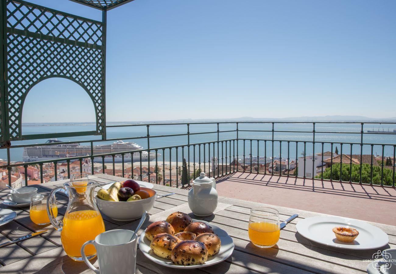 Grande terraço mobilado de luxo com vista para Lisboa e o rio Tejo