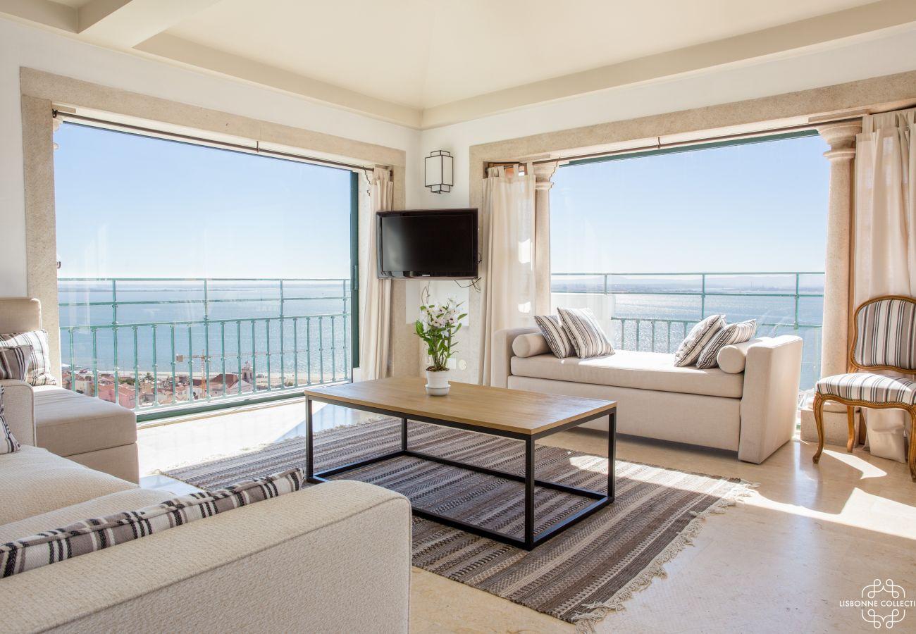 Salão acolhedor com vista de 360º sobre o Tejo. Varanda com grande janela francesa para esta cobertura