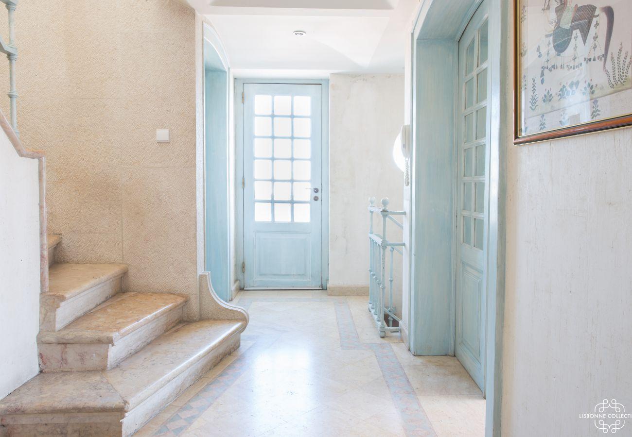 Hall de entrada brilhante com escada de pedra