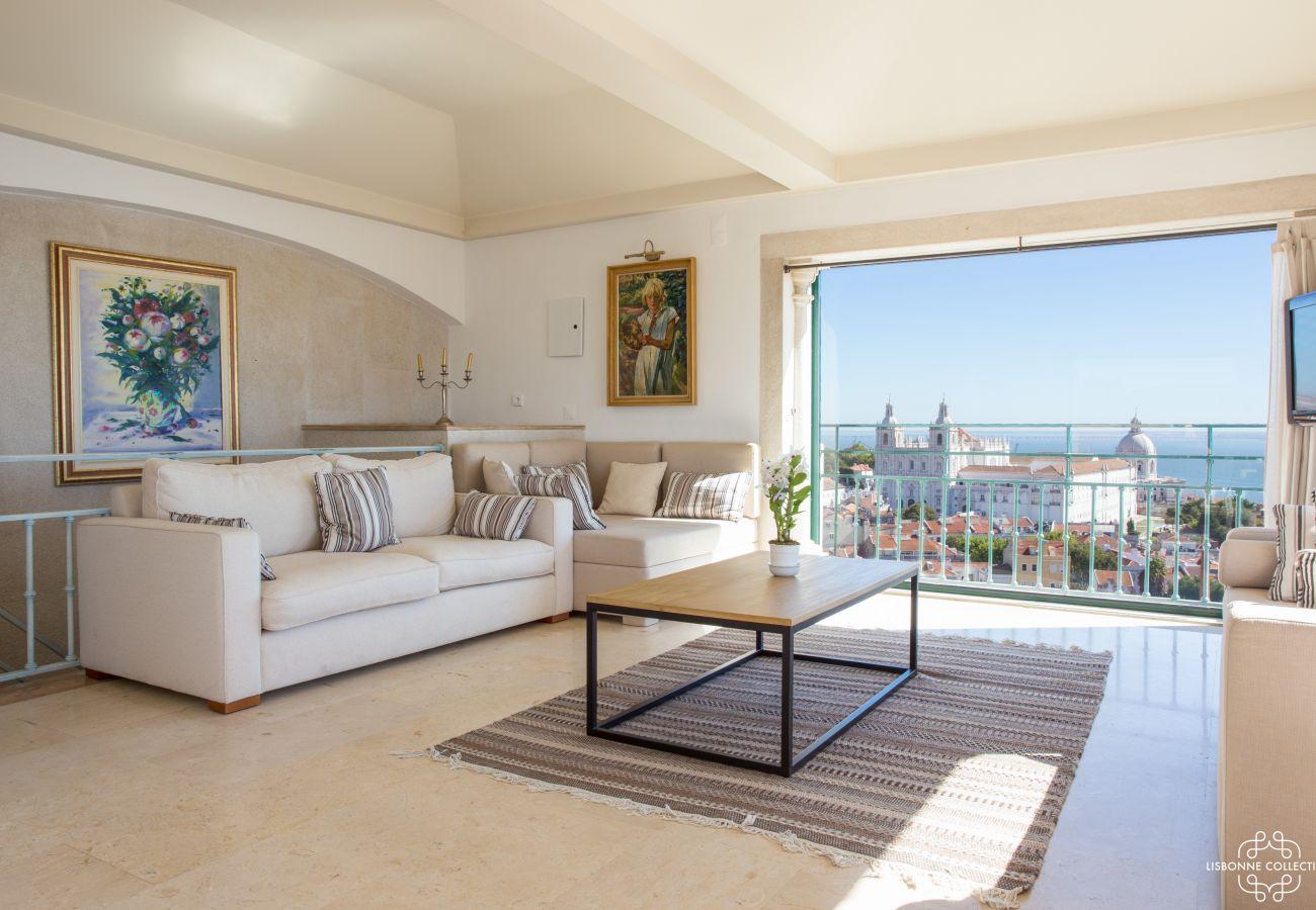 Sala de estar brilhante de luxo com vista para o centro da cidade