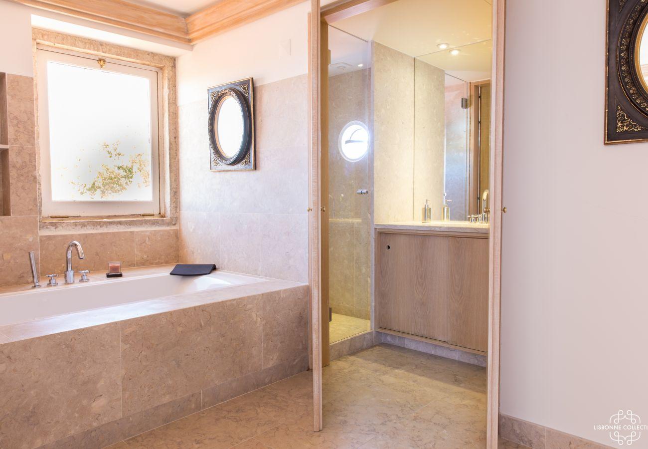 Banheiro brilhante com banheira de pedra e janela