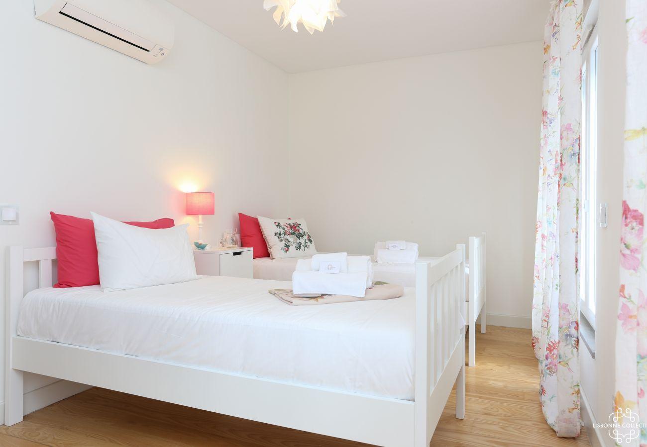 Quarto Deluxe com duas camas de solteiro e acesso à varanda