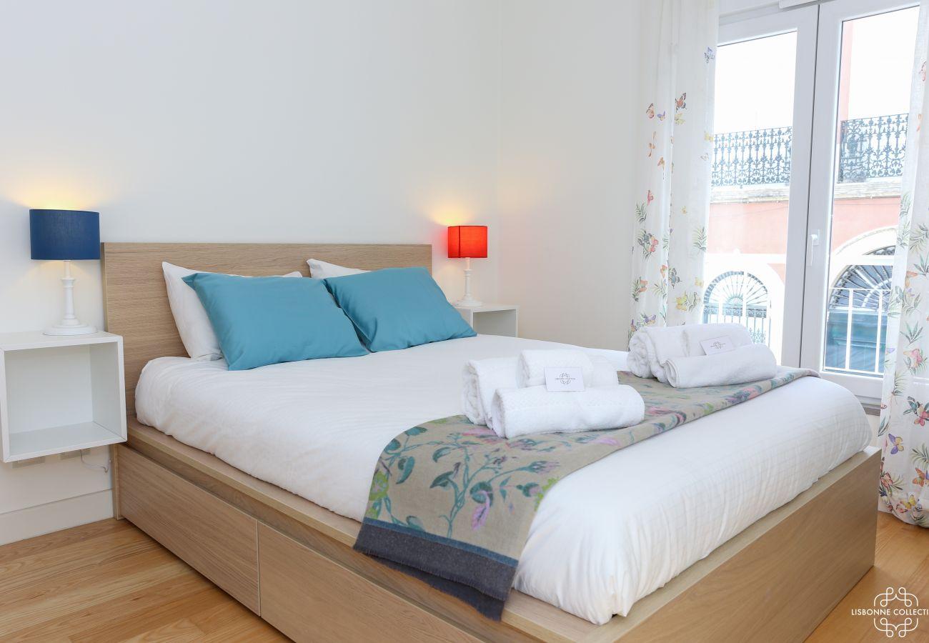 Quarto luxuoso e luminoso para adultos com cama de casal e acesso à varanda