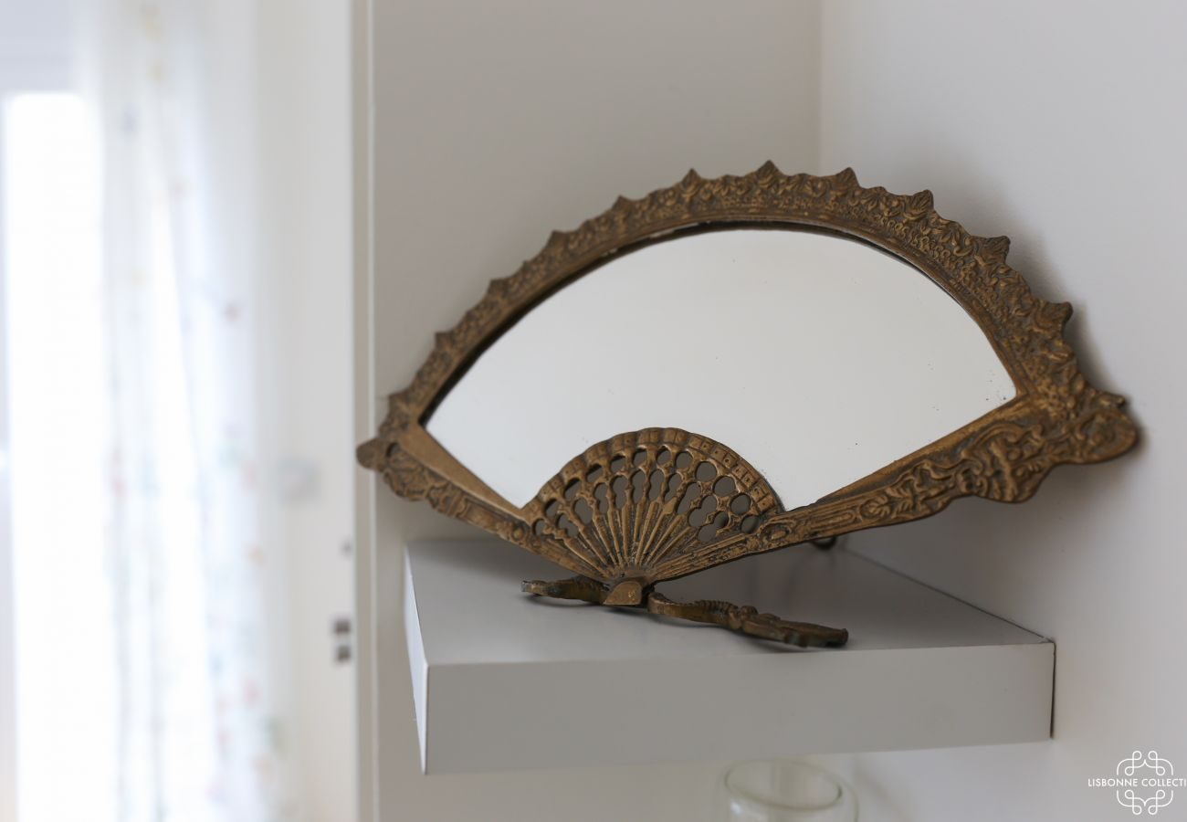 Decoração de ventilador metálico espelhado incrustada na prateleira