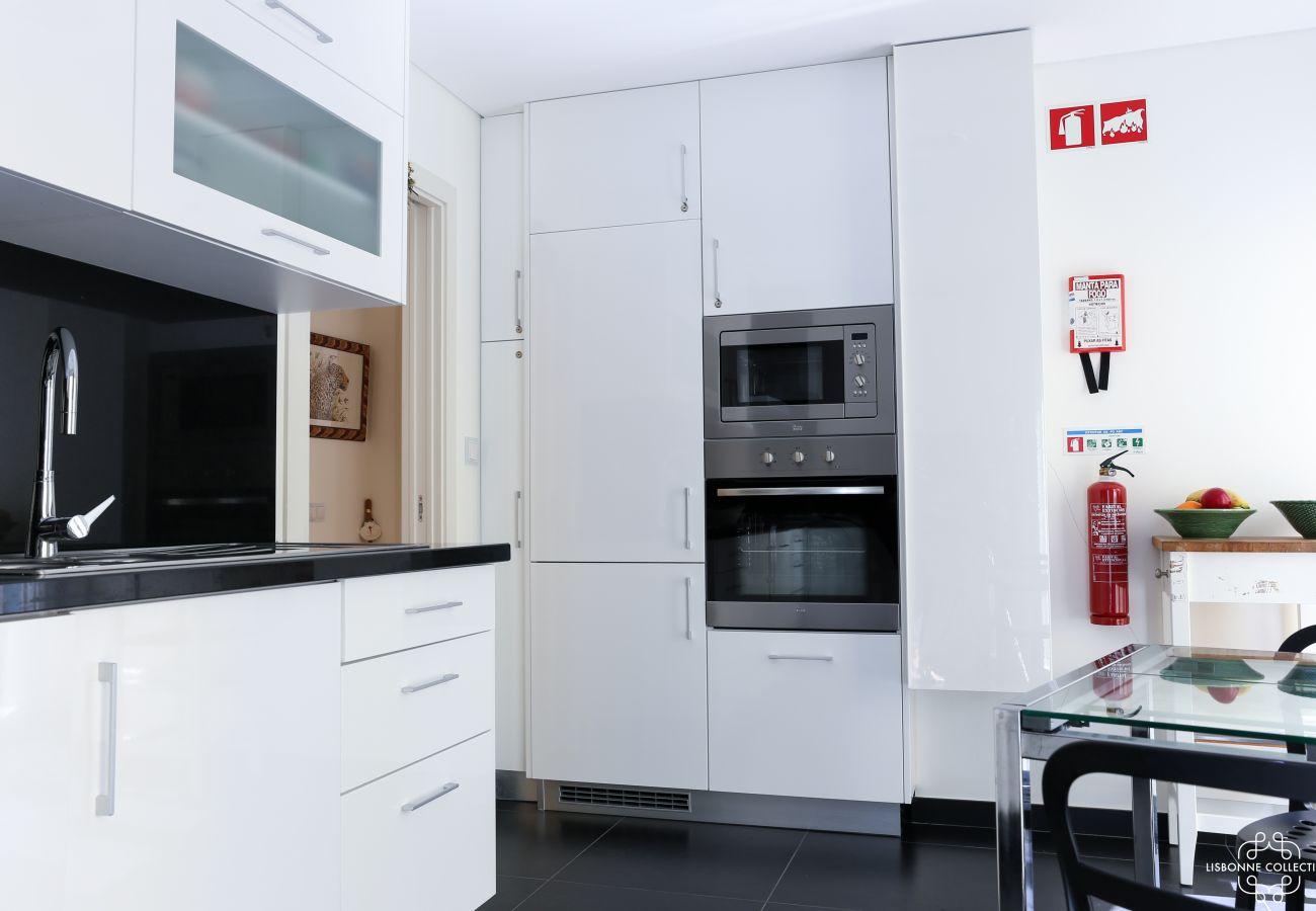 Cozinha contemporânea totalmente equipada com forno e microondas