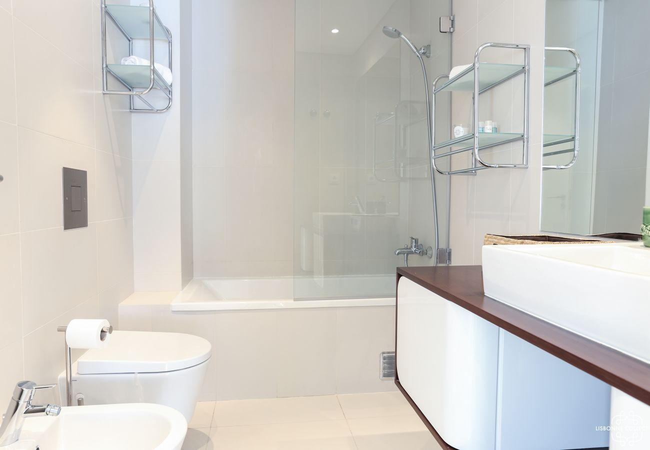 Casa de banho high-end com lavatório de madeira