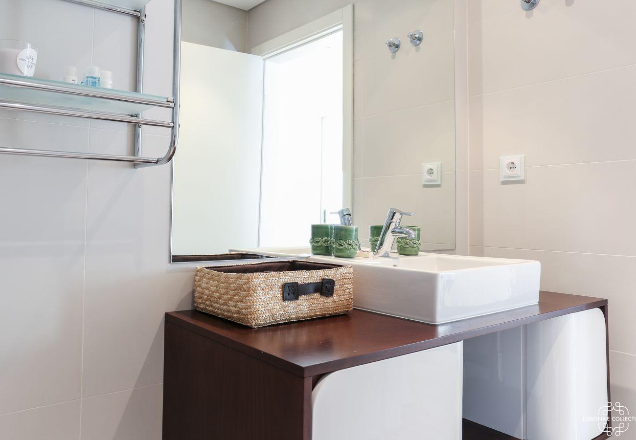 Banheiro design com bacia de cerâmica e móveis de madeira