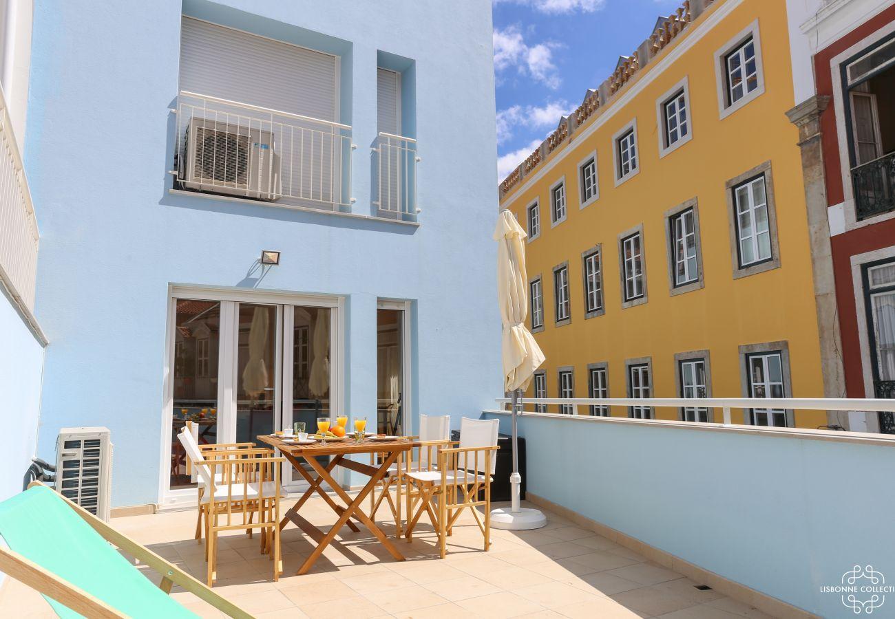 Grande terraço colorido no centro de Lisboa
