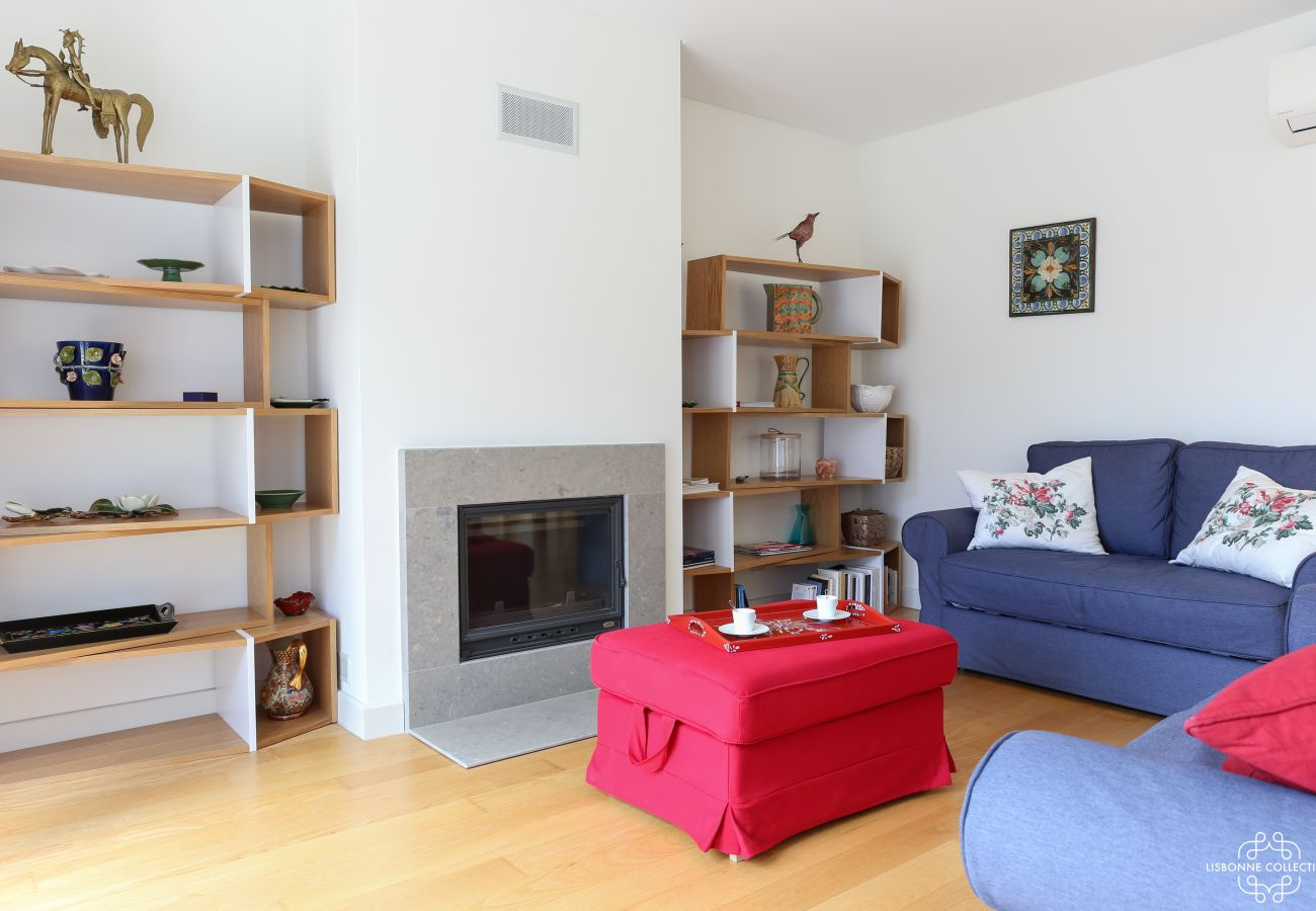 Grande sala de estar com sofá e acesso directo à varanda