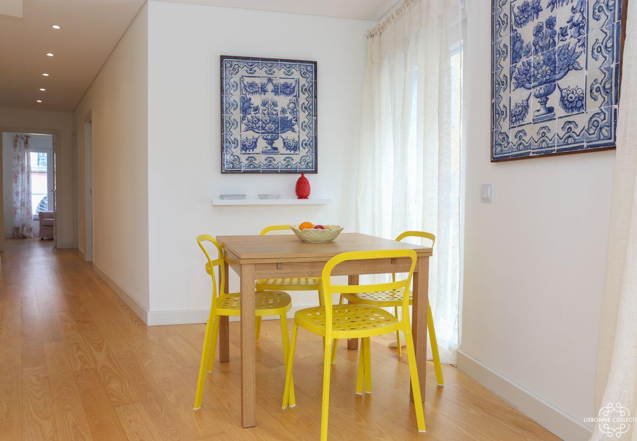 Longo corredor saindo da sala com azulejos nas paredes