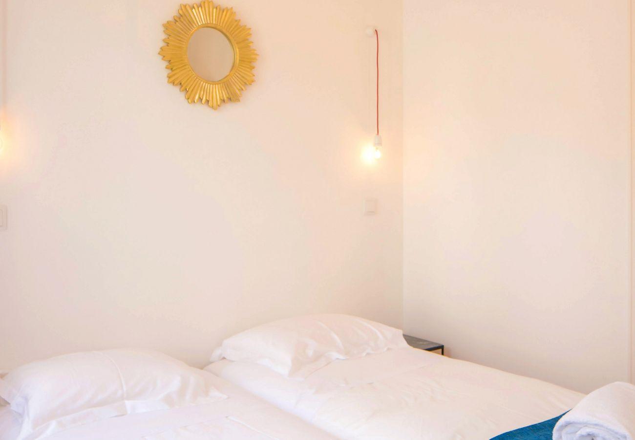 quarto duplo com iluminação decorativa e luxuosa moderna