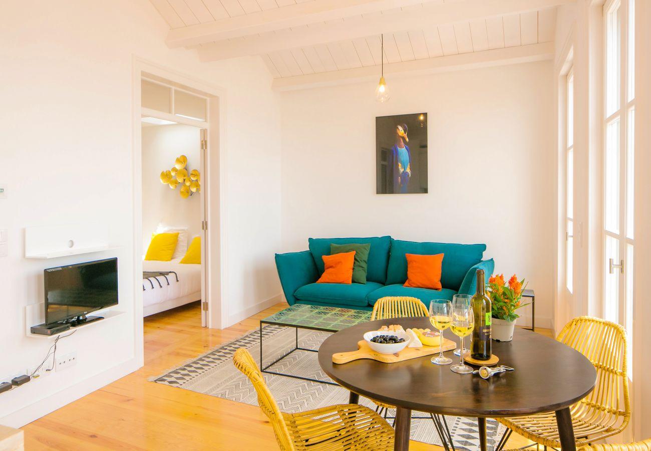 grande sala de estar com acesso a um quarto duplo para alugar