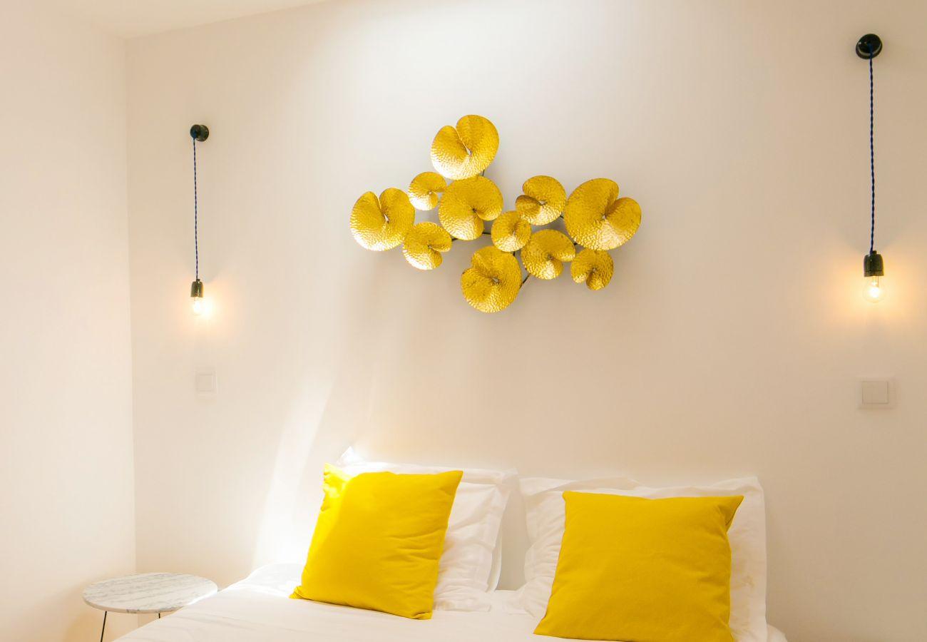 quarto duplo para adultos com decoração de parede