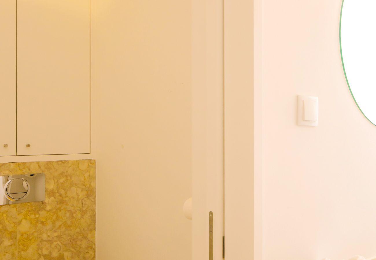 casa de banho com chuveiro de mármore
