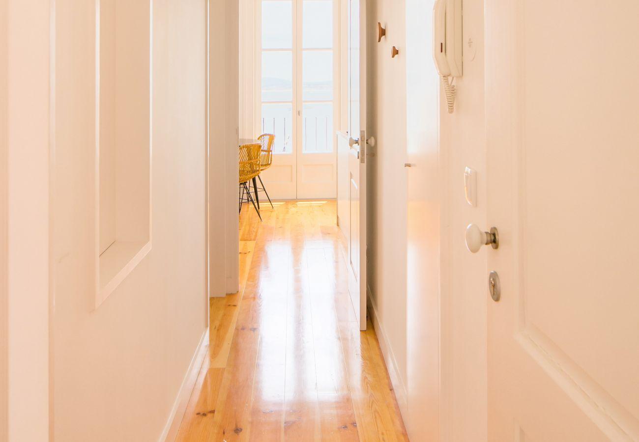 corredor amplo, luminoso e espaçoso em um prédio bonito e agradável no centro da cidade