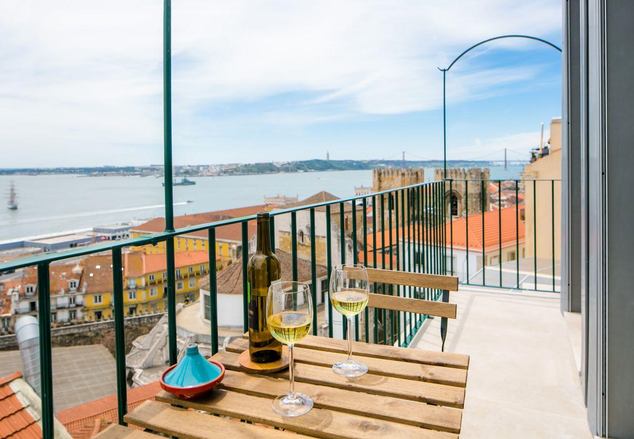 acesso ao exterior com varanda e vista para o Tejo