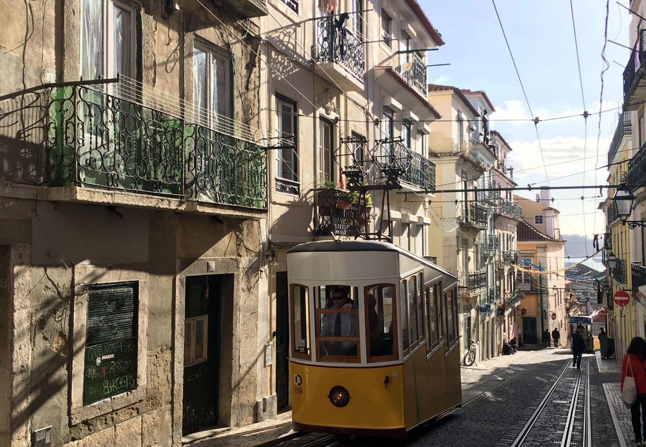 Elevador de Lisboa no coração da cidade pela equipe de Gustave Eiffel