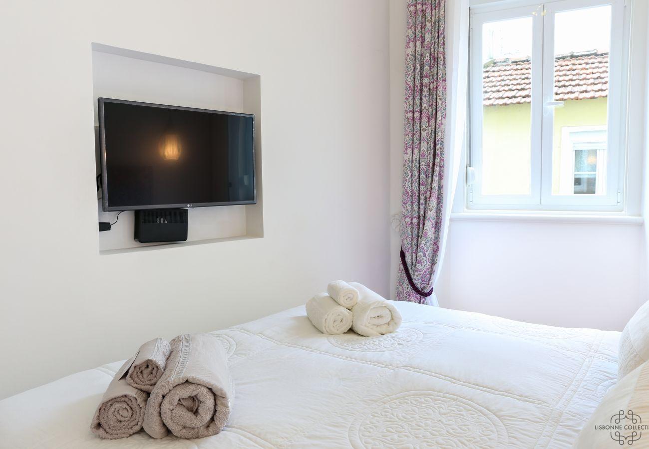 quarto duplo para adultos com TV embutidos na parede