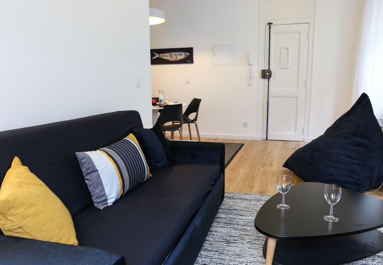 sala de estar com vista para uma cozinha moderna e totalmente equipada