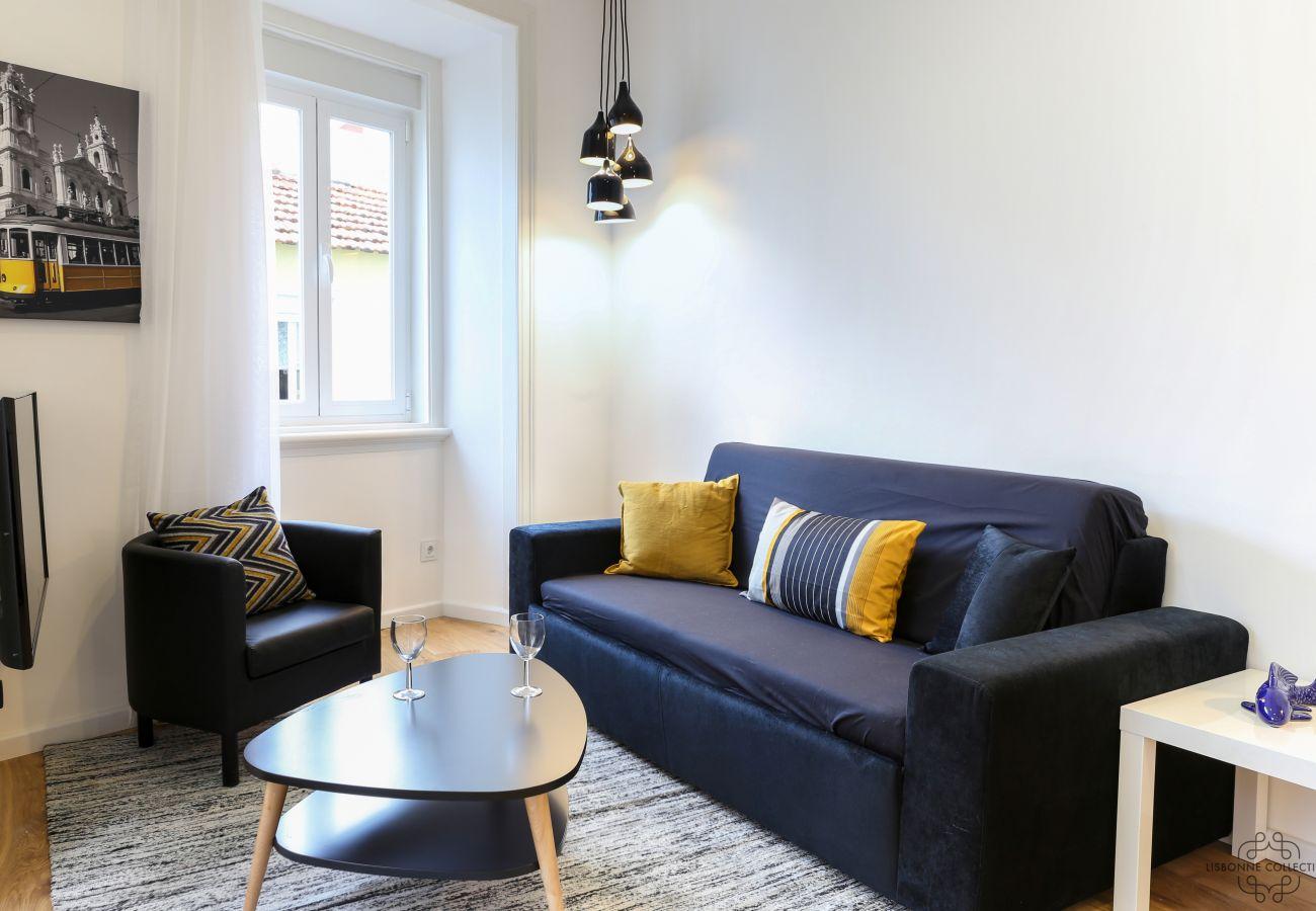 luminosa sala de estar espaçosa com decoração sóbria e autêntica