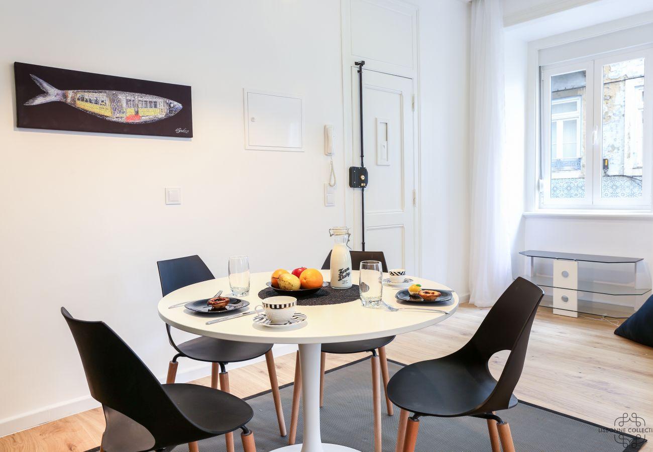 sala de jantar espaçosa e luminosa com vista para o bairro histórico da Graça