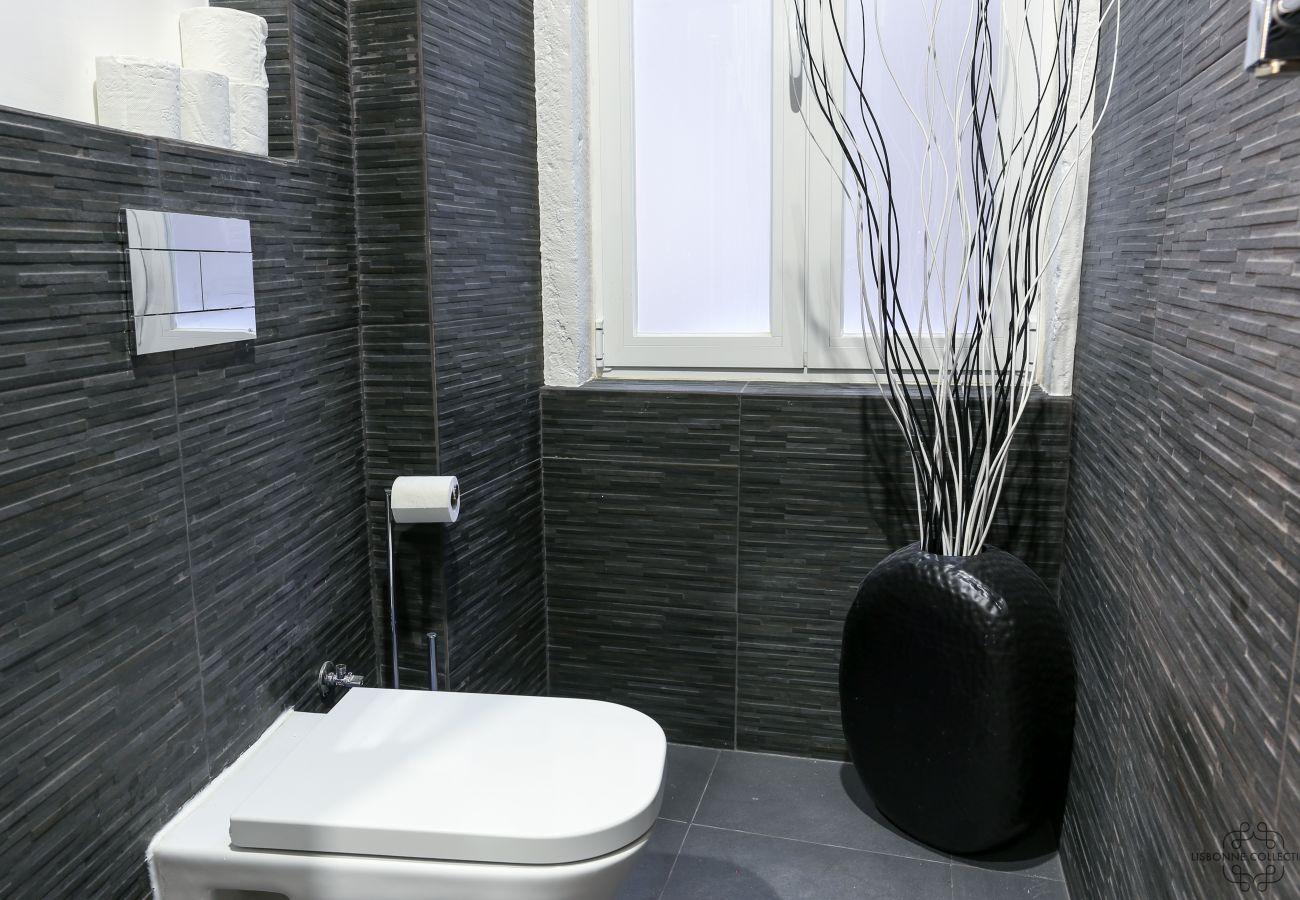 banheiro de luxo com janela e decoração moderna no apartamento de aluguel
