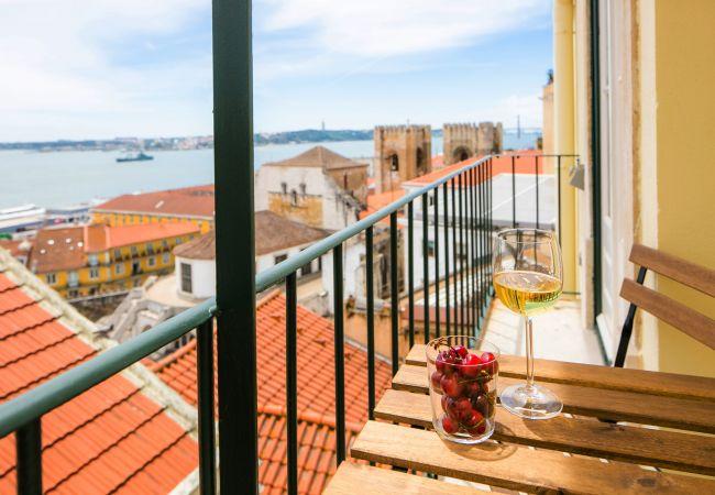 esplêndida vista da Catedral da Sé na varanda do apartamento alugado