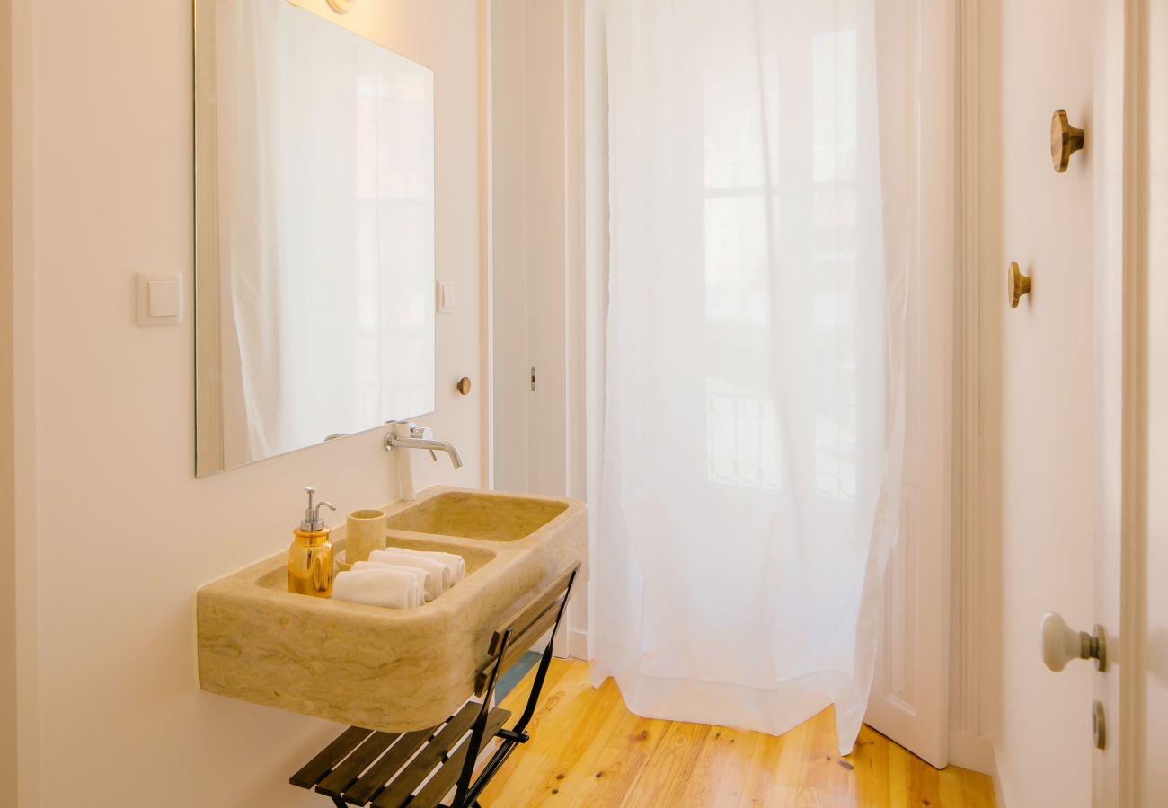banheiro de pedra com chuveiro moderno perto de lojas