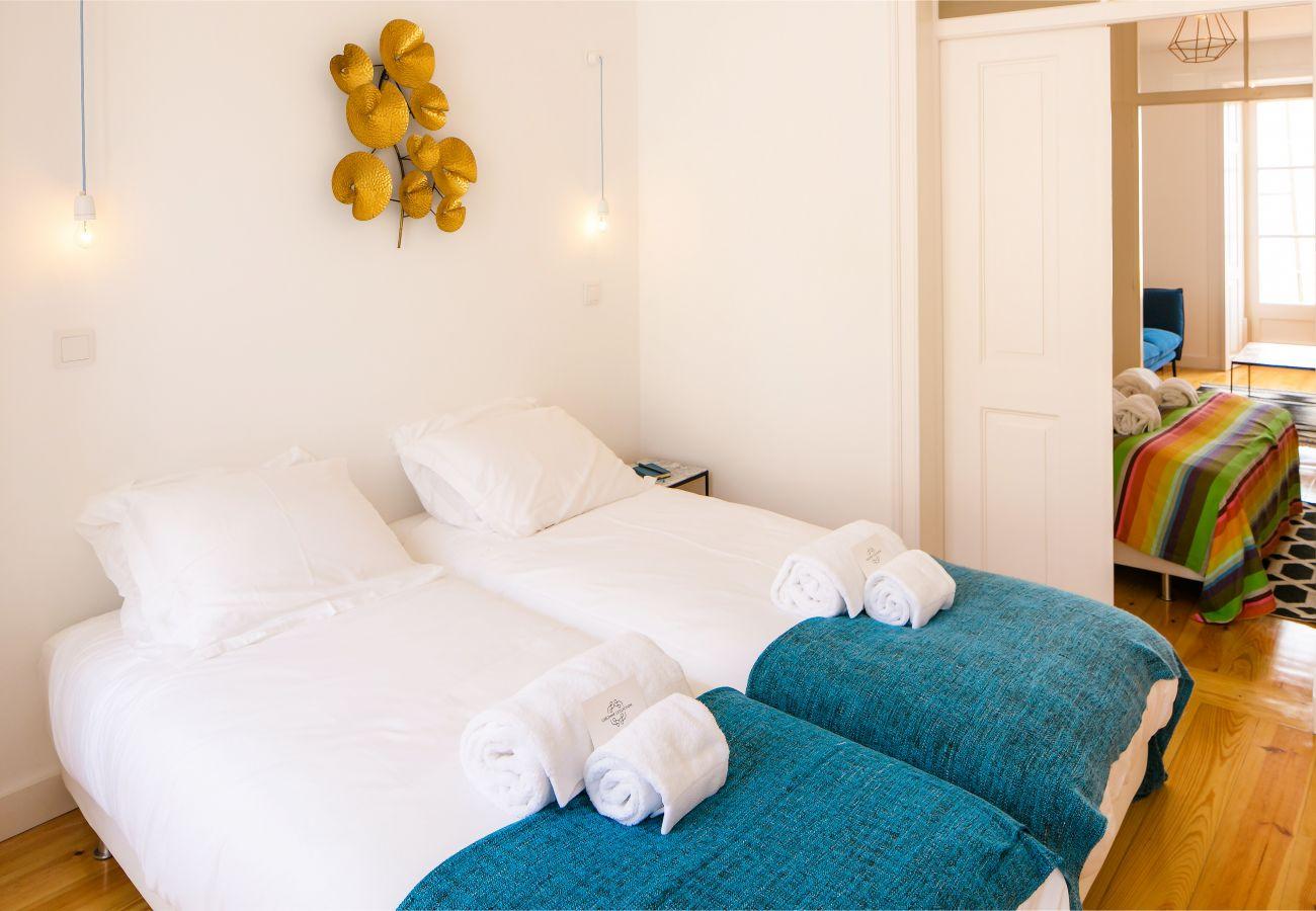 quarto com 2 camas de solteiro ideal com amigos ou familiares