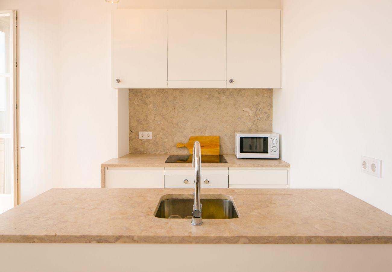 cozinha de mármore em um apartamento de luxo com terraço