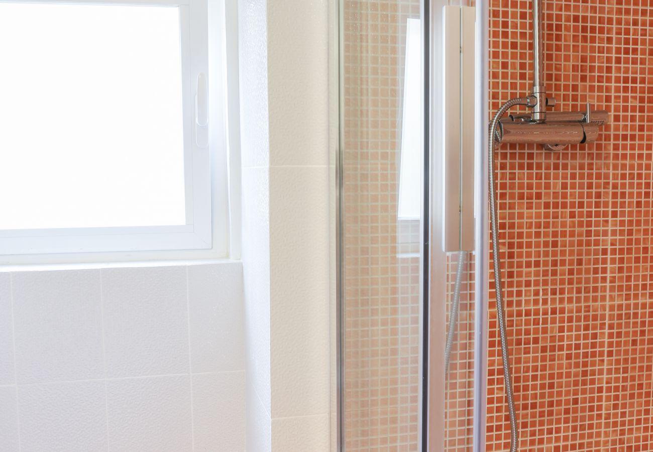 banho de luz com janela no banheiro
