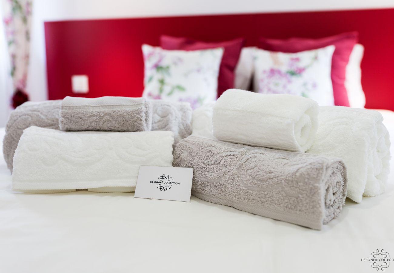 toalha dobrada na cama em um aluguel para férias de luxo