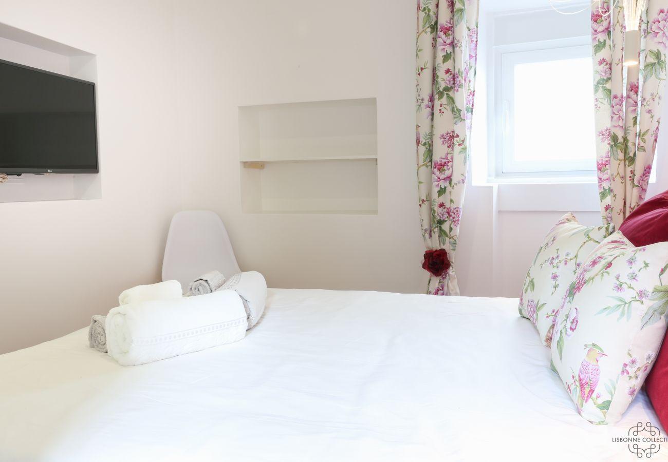 quarto com cama de casal para adultos em tons puros e modernos