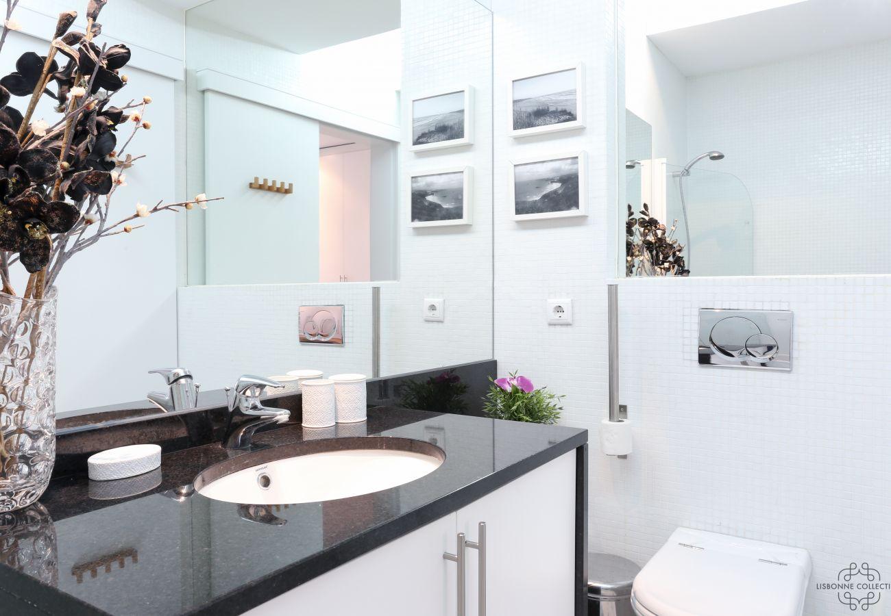 Grande casa de banho luxuosa contemporânea espaçosa e luminosa