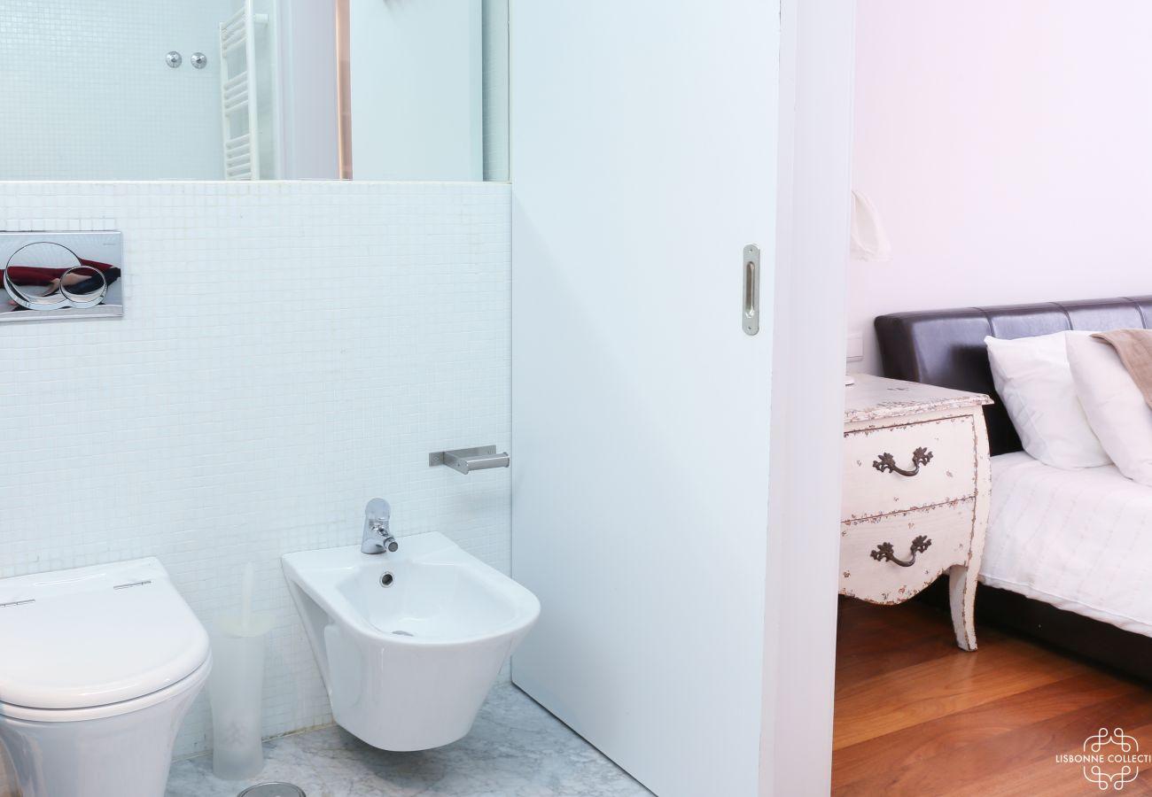 Casa de banho privada com vista para o quarto principal moderno e funcional