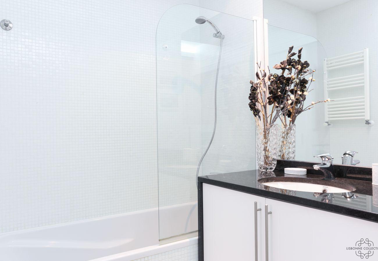 Banheiro Prestige com banheira comunicando-se com o quarto