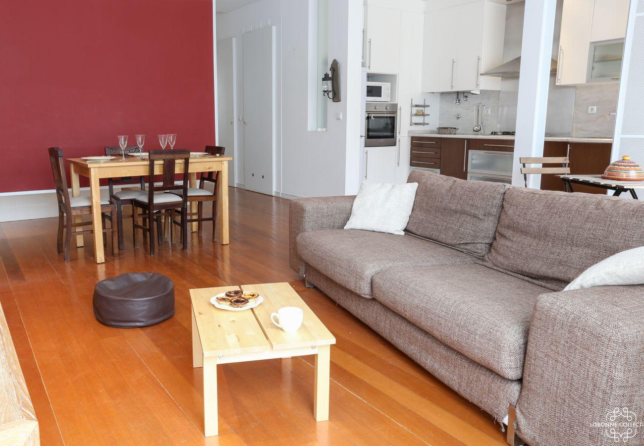 Sala de jantar sala de estar comunicando-se em um acesso exterior