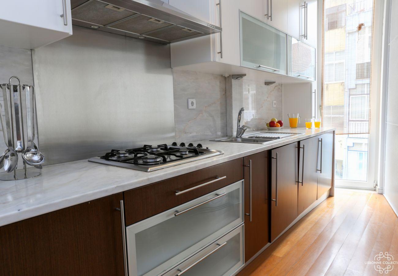 Cozinha com janela autêntica vista de Lisboa