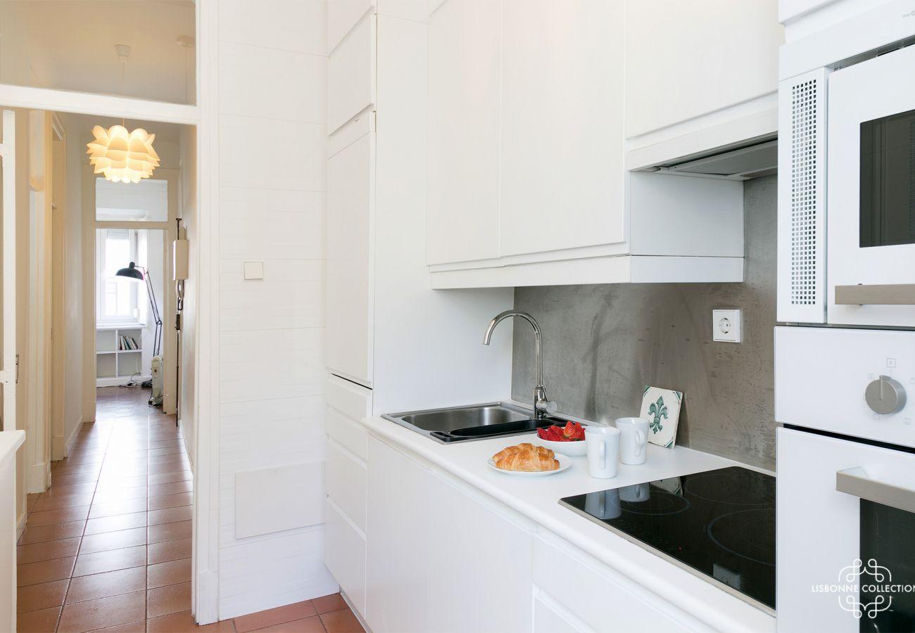 cozinha de luxo com vista para o corredor de entrada com forno, microondas, fogão
