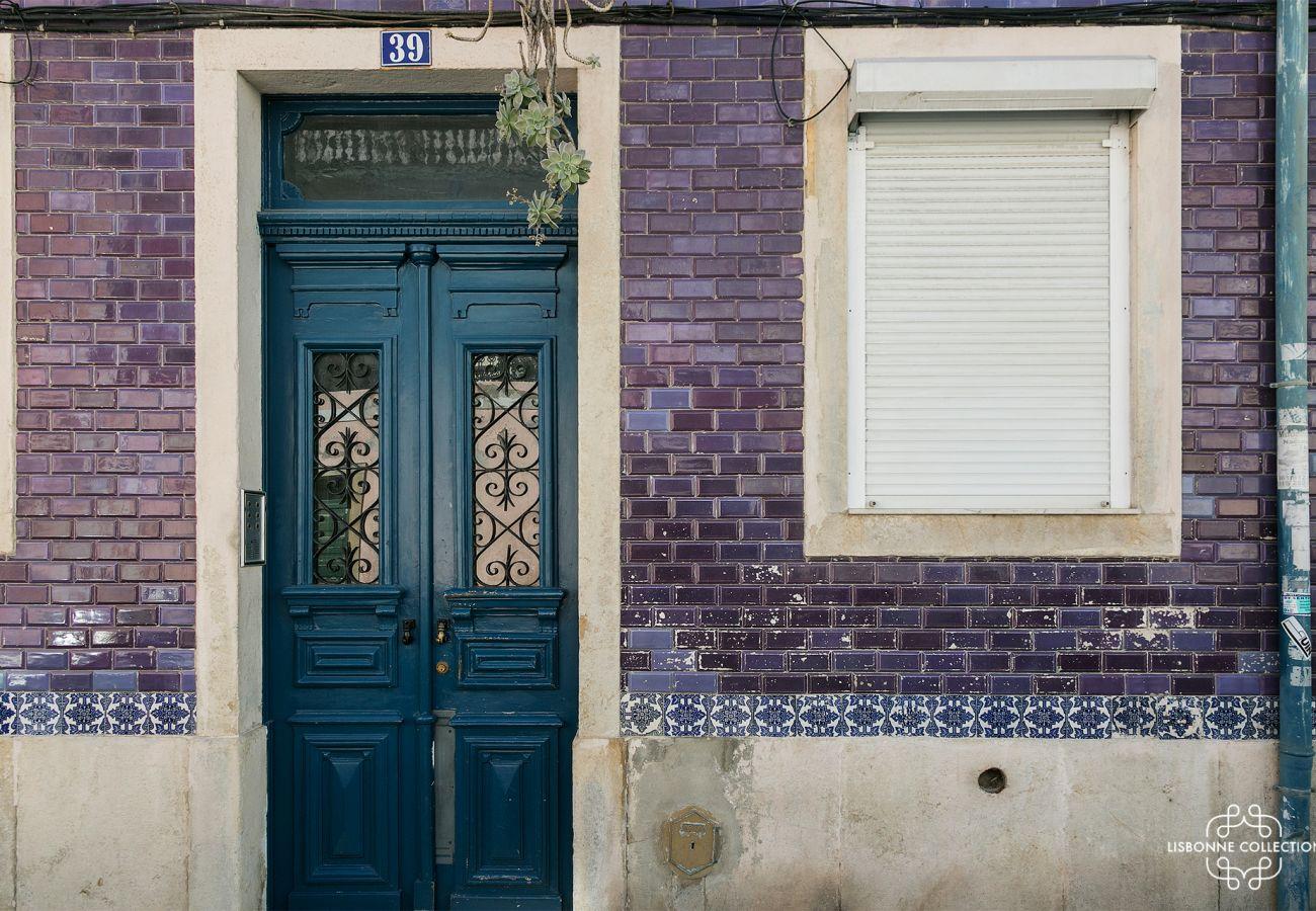 Fachada do edifício no centro de Lisboa, onde o apartamento está localizado. Porta típica portuguesa