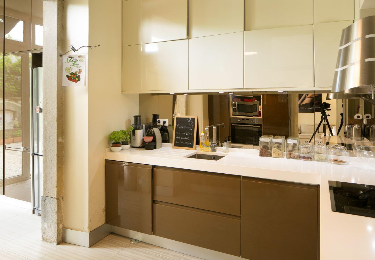 Grande cozinha abrindo para a sala de jantar sala de estar e pátio ao ar livre
