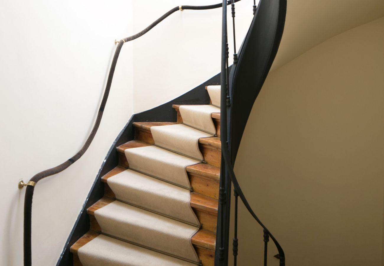escada entre o piso térreo e o primeiro andar da casa