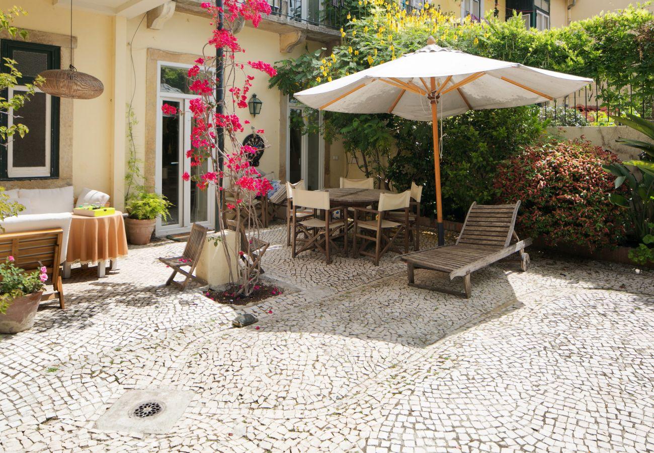 jardim típico e acolhedor no centro de Lisboa com mesa e cadeiras