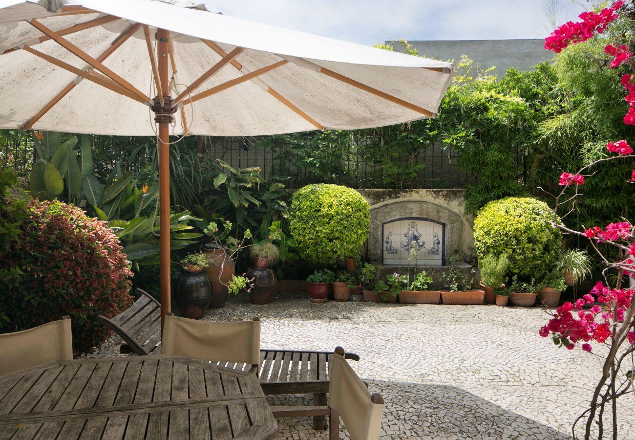 jardim típico e acolhedor no centro da cidade com fonte e jardim