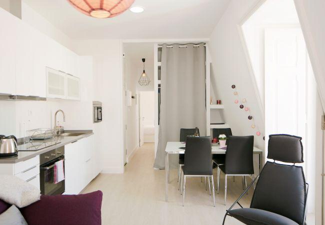 Cozinha americana com sala de jantar e cozinha comunicando no corredor