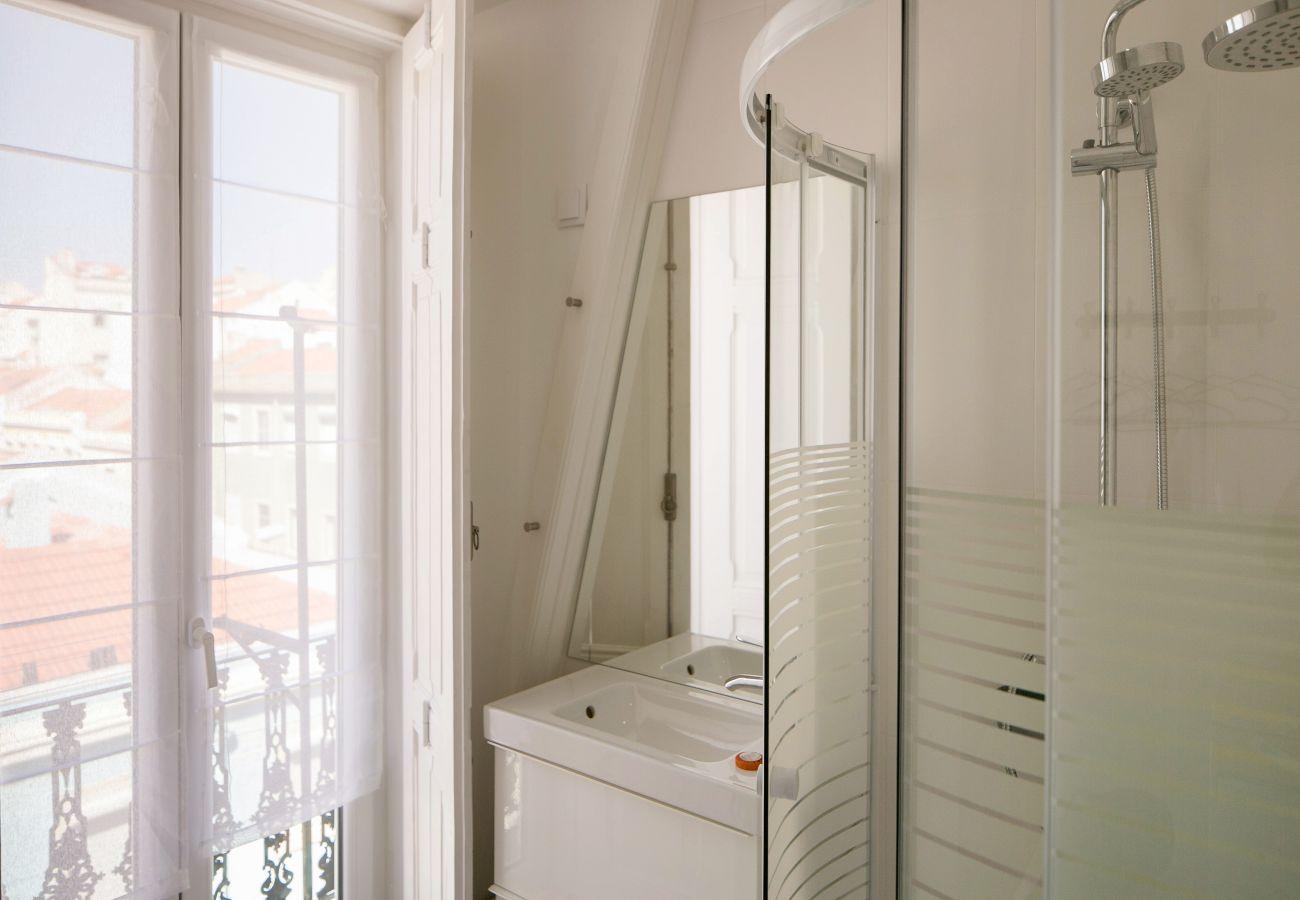 Casa de banho com acesso ao exterior e chuveiro com vista