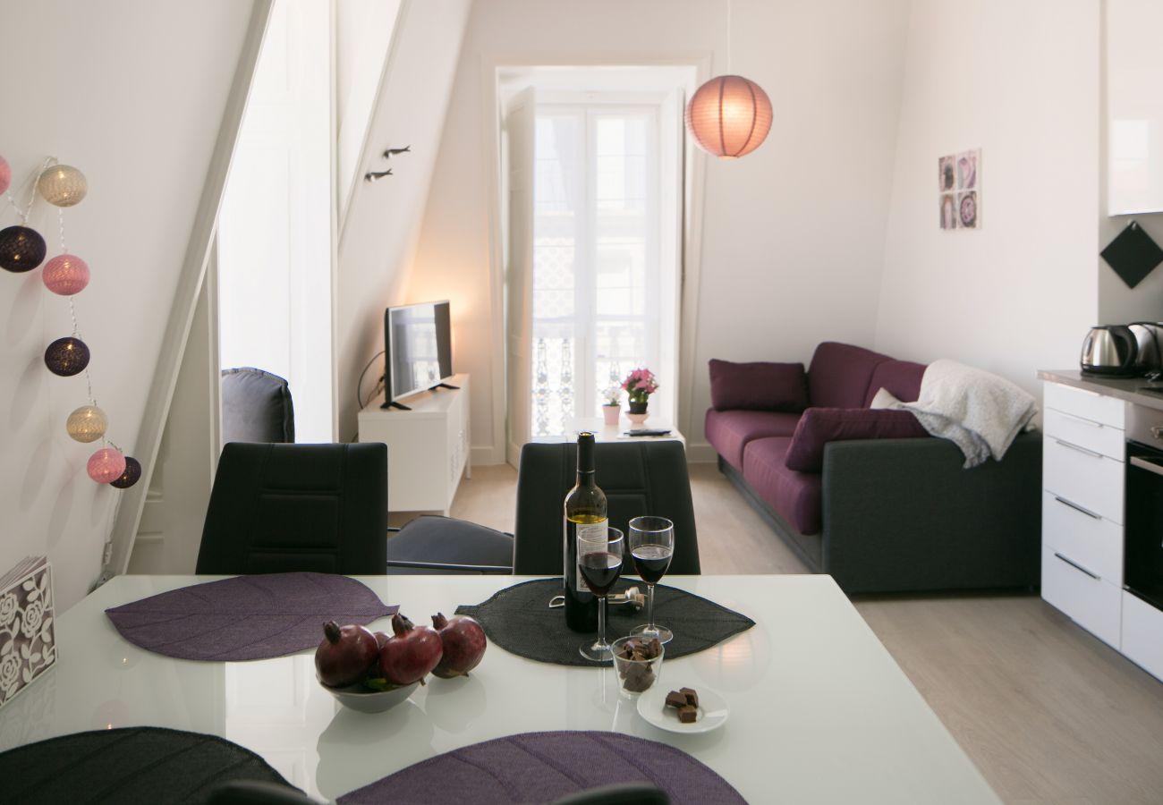 Brilhante sala de estar com tons coloridos e decoração sóbria para alugar