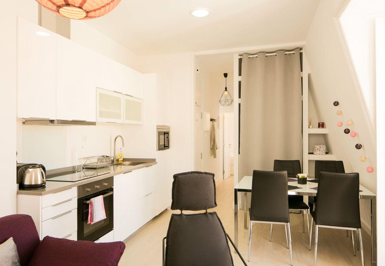 Cozinha espaçosa mesa de cozinha com decoração contemporânea