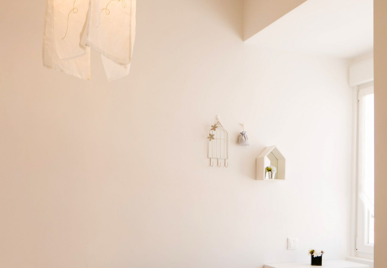 Decoração em um paredes brancas de prestígio em um apartamento de prestígio