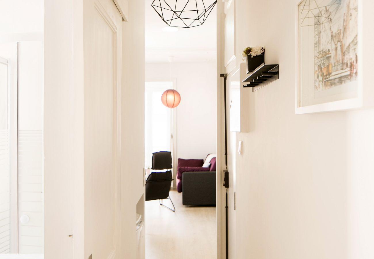 Acesso do corredor para a sala de estar para a cozinha e sala de jantar